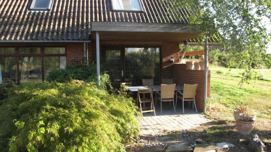 Kleine Terasse am Gruppenhaus Skovly Langeland in Dänemark.