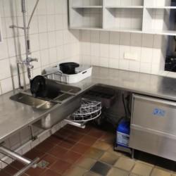 Küche für Selbstverpflegergruppen im dänischen Gruppenhaus Tydal für Kinder und Jugendreisen.