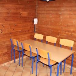 Ein Gruppenraum mit Tisch und Stühlen im dänischen Gruppenheim Tydal für Kinder und Jugendfreizeiten.