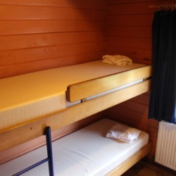 Schlafzimmer mit Etagenbett im dänischen Freizeitheim Tydal für Kinder und Jugendreisen.