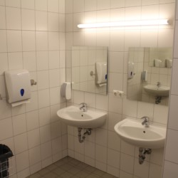Sanitäre Anlagen mit Waschbecken im dänischen Freizeithaus Tydal für barrierefreie Gruppenreisen.