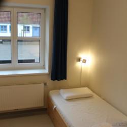 Das barrierefreie Schlafzimmer im dänischen Freizeitheim Tydal für barrierefreie Gruppenreisen.