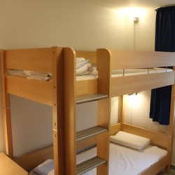 Die Holzbetten im dänischen Gruppenhaus Tydal für Sommerlager und Kinder und Jugendfreizeiten.