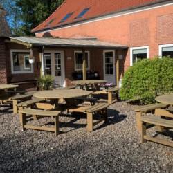 Der Außenbereich des Gruppenhauses Vadehavs in Dänemark.