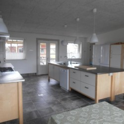 Die Küche im Gruppenhaus Vadehavs in Dänemark.