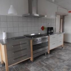 Der Küchenbereich im dändischen Freizeitheim Vadehavs.