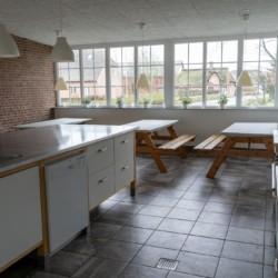Ein Essbereich und Küche des dänischen Freizeitheims Vadehavs.