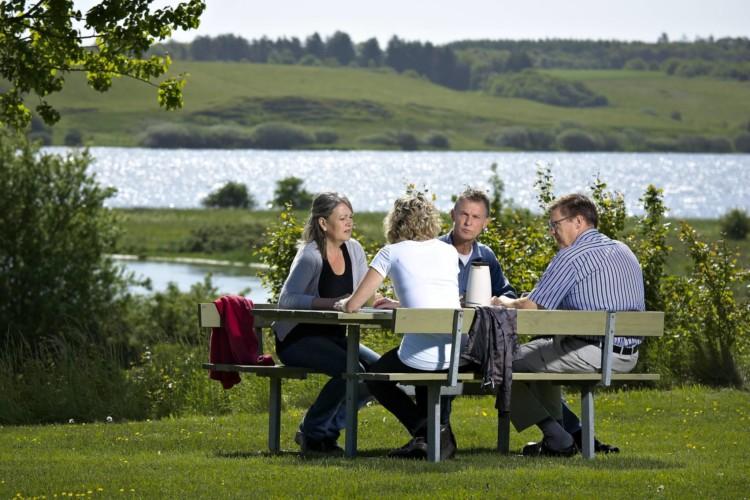 Der Bereich am See am Gruppenhaus Virksund in Dänemark.