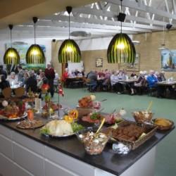 Speisesaal und Buffet im Freizeitheim Virksund in Dänemark.