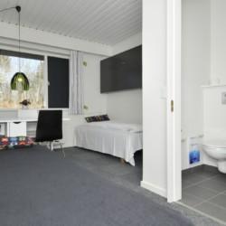 Ein Zimmer mit Sanitärbereich im dänischen Freizeitheim Virksund.