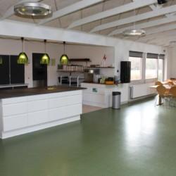 Küchenzeile und Essbereich im dänischen Gruppenhaus Virksund.