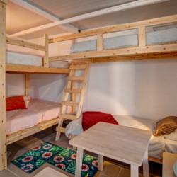 Mehrbettzimmer mit Etagenbetten im griechischen Freizeithaus Strandlodges Olymp.