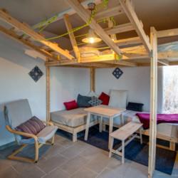 Schlafzimmer mit Esstisch und Hochbett im griechischen Freizeithaus Strandlodges Olymp.