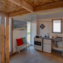 Schlafzimmer mit Küchenzeile im griechischen Freizeithaus Strandlodges Olymp.