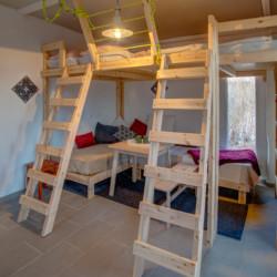 Schlafzimmer mit Hochbetten im griechischen Freizeithaus Strandlodges Panorama.