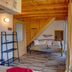 Ein Schlafzimmer mit Sofaecke im Freizeithaus Strandlodges Panorama in Griechenland.