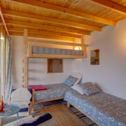Ein Schlafzimmer mit Hochbett und Einzelbett im Freizeithaus Strandlodges Panorama in Griechenland.