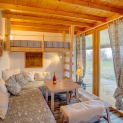 Ein Schlafzimmer mit Sitzecke im Freizeithaus Strandlodges Olymp in Griechenland.
