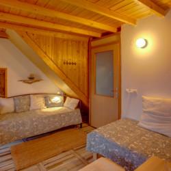 Ein Schlafzimmer mit Sofa im Freizeithaus Strandlodges Olymp in Griechenland.
