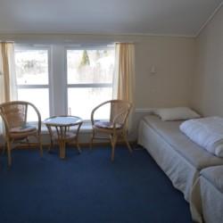 Doppelzimmer im skandinavischen Gruppenhaus mit Badestelle.