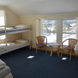 noga Vierbettzimmer im norwegischen Freizeitheim am Wasser.
