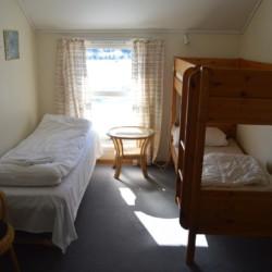 Dreibettzimmer im norwegischen Freizeitheim am Wasser.