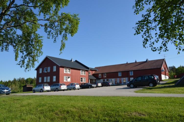 Das norwegische Gruppenhaus am See mit Zimmern mit Bad.