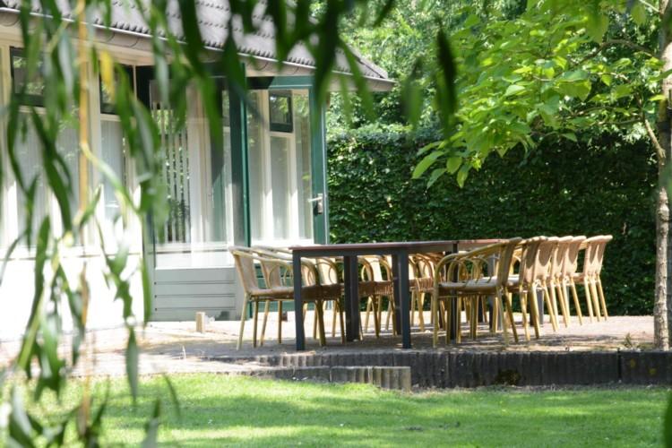 Terrasse mit Gartenmobiliar im barriefreien niederländischen Gruppenhaus Follenhoegh