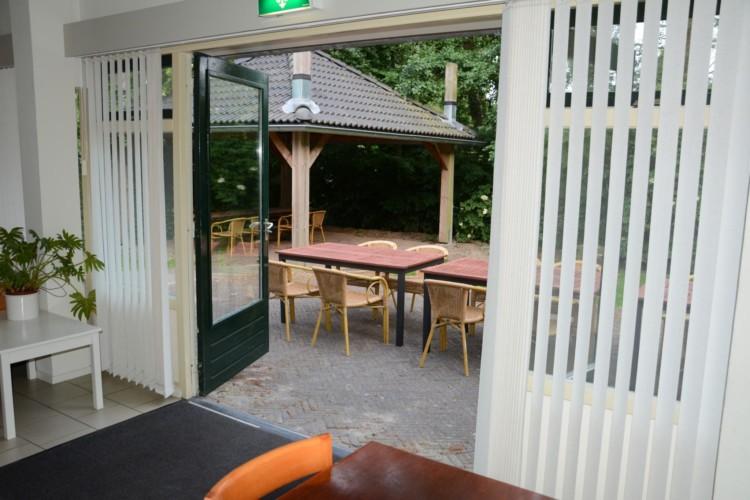 Terrasse und Grillplatz im niederländischen barrierefreien Gruppenhaus Follenhoegh