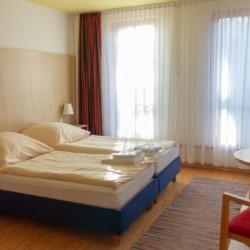 Ein Doppelzimmer in der Ferienanlage Heringsdorf in Deutschland.