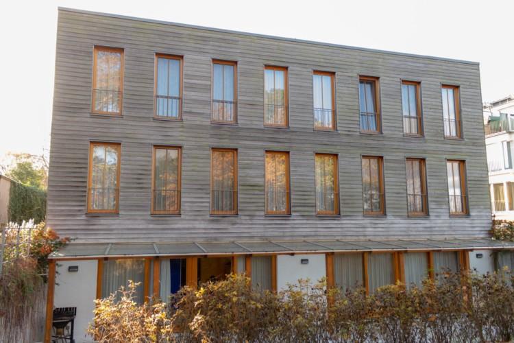 Die Außenfassade des Gruppenhauses Heringsdorf in Deutschland.
