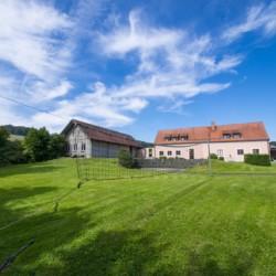 Außengelände vom Gruppenhaus Ering in Bayern für Kinderfreizeiten