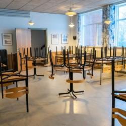 Der Speisesaal im dänischen Freizeitheim Haervejens Leirskole für große Gruppen.