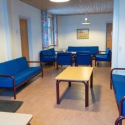 Ein gemütlicher Gruppenraum im dänischen Freizeitheim Haervejens Leirskole für große Gruppen.