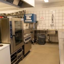 Die große Profi-Küche im dänischen Freizeitheim Haervejens Leirskole für große Gruppen.