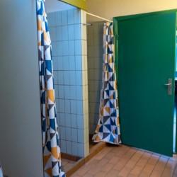 Das Sanitär im dänischen Freizeitheim Haervejens Leirskole für große Gruppen.