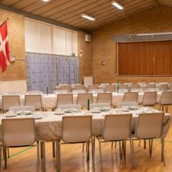 Der Gruppenraum dänischen Freizeitheim Haervejens Leirskole für große Gruppen.