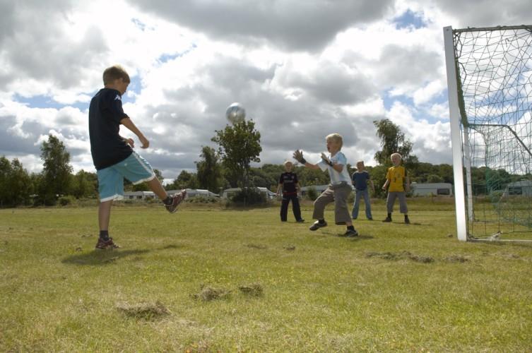Fußballplatz mit Toren am Freizeitcamp Mørkholt Camp für Kinder und Jugendgruppen.