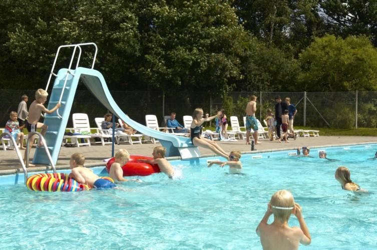 Der Swimming Pool am dänischen Freizeitcamp Mørkholt Camp für Kinder und Jugendreisen.