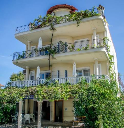 griechisches barrierefreies Gruppenhaus am Meer