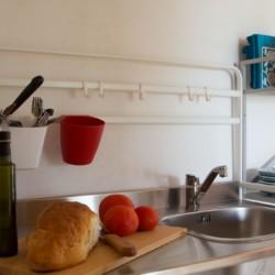 Küchenecke im Panoramahaus im griechischen Feriencamp Strandlodge direkt am Mittelmeer für Menschen mit Behinderung