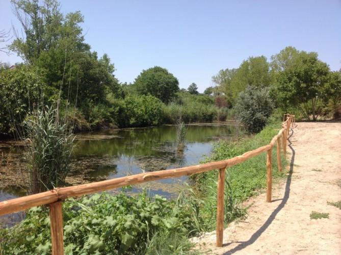 Süßwassersee im rolli-gerechten griechischen Feriencamp Strandlodge direkt am Mittelmeer für Menschen mit Behinderung
