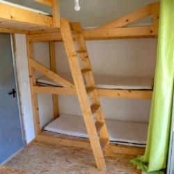 Dreier-Stockbetten im griechischen Feriencamp für Jugendfreizeiten direkt am Meer