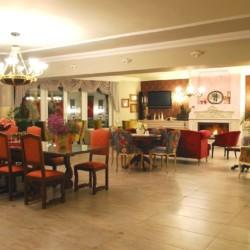 GRVO Der Salon mit Meerblick im Rolli-Hotel Villa Olymp in Griechenland.