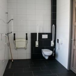 Barrierefreies Badezimmer im Gruppenhaus Hoeve für behinderte Menschen in den Niederlanden