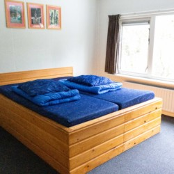 NLZB Schlafzimmer im niederländischen Freizeithaus Benelux für Behindertengruppen