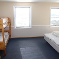 Vierbettzimmer im norwegischen Freizeitheim am Wasser.