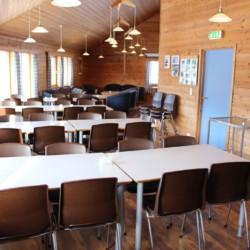 Großer Speisesaal im norwegischen Freizeitheim Omlid.