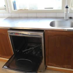 Die Profispülmaschine in der Gruppenküche des Freizeitheims Omlid in Norwegen.