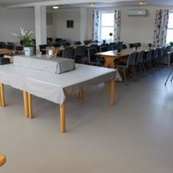 Speisesaal im norwegischen Freizeitheim am See Gautestad.